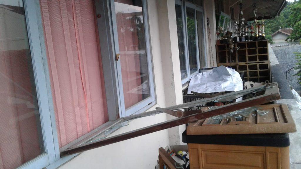 Jendela belakang UKM Fosei rusak setelah diketahui telah terjadi pencurian.